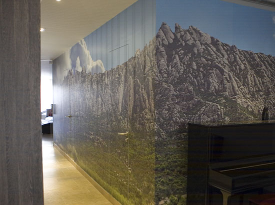 Distribuidor, pared forrada con fotografía Montserrat