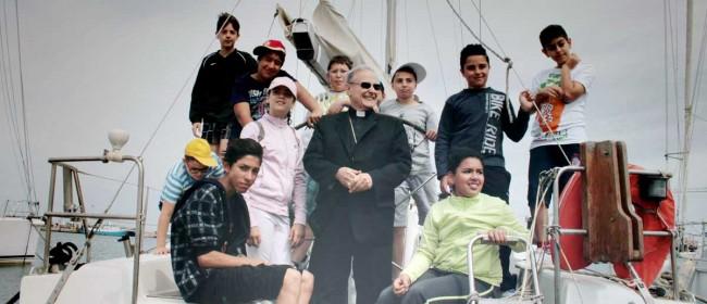 """Il Vescovo coi bambini a bordo del """"41 piedi"""" al circolo Adina."""