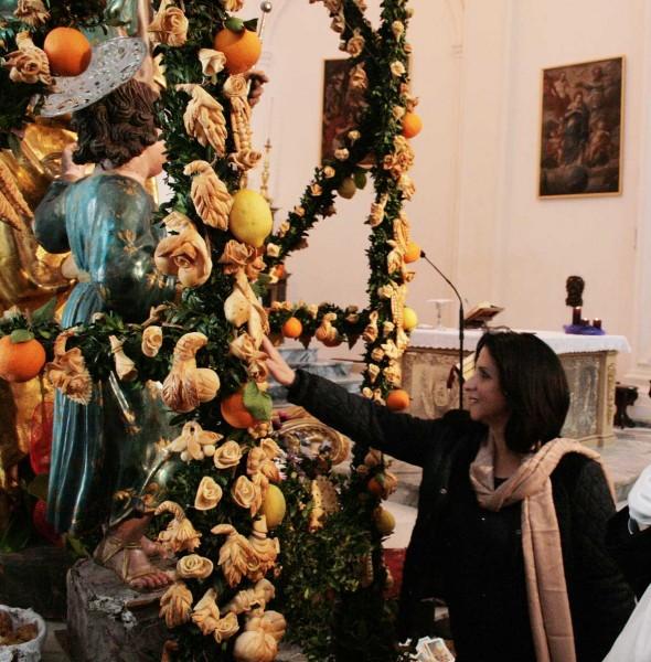 Il sindaco di Betlemme visita l'altare in chiesa madre.