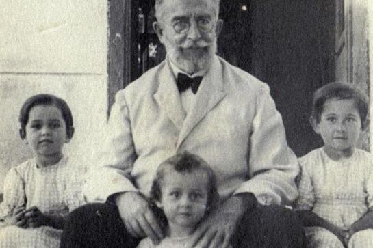 El Dr. Gálvez con algunos de sus nietos