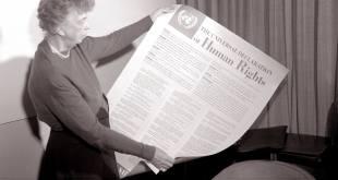 Eleanor Roosevelt sostiene la Declaración de los Derechos Humanos. Foto: Archivo ONU