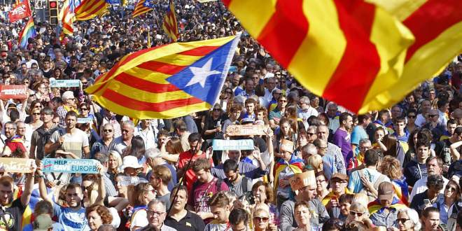 Multitud concentrada alrededor del Parlament durante el pleno de independencia. Cristóbal Castro