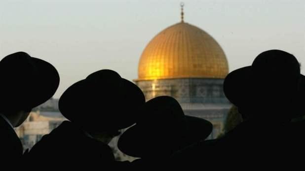 Judíos ortodoxos miran hacia el Domo de la Roca, el sitio sagrado de los islámicos. Foto: Reuters