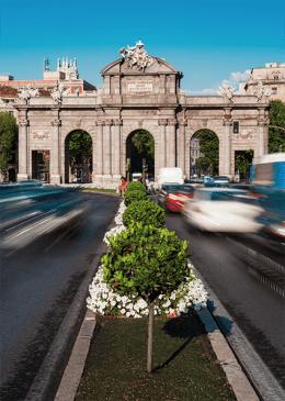 Turismo en Madrid en la Puerta de Alcalá.
