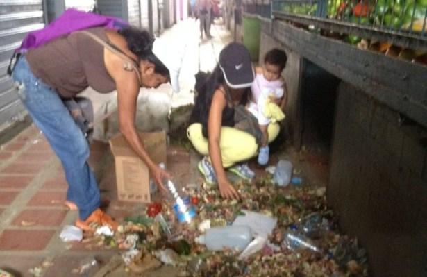la-gente-busca-en-basura-venezuela