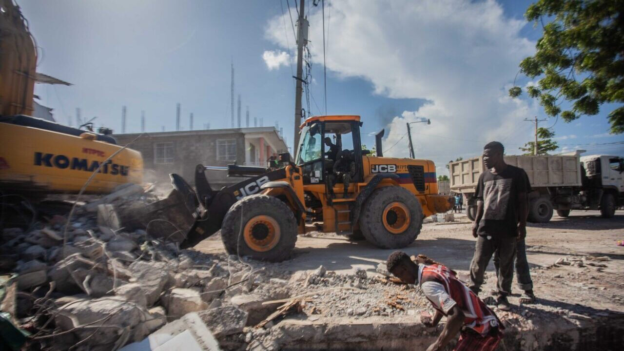 Haitians begin the work of recovery in Les Cayes after a 7.2-magnitude earthquake reverberated through the country's western region on August 15, 2021. (Photo by Richard Pierrin/Getty Images)