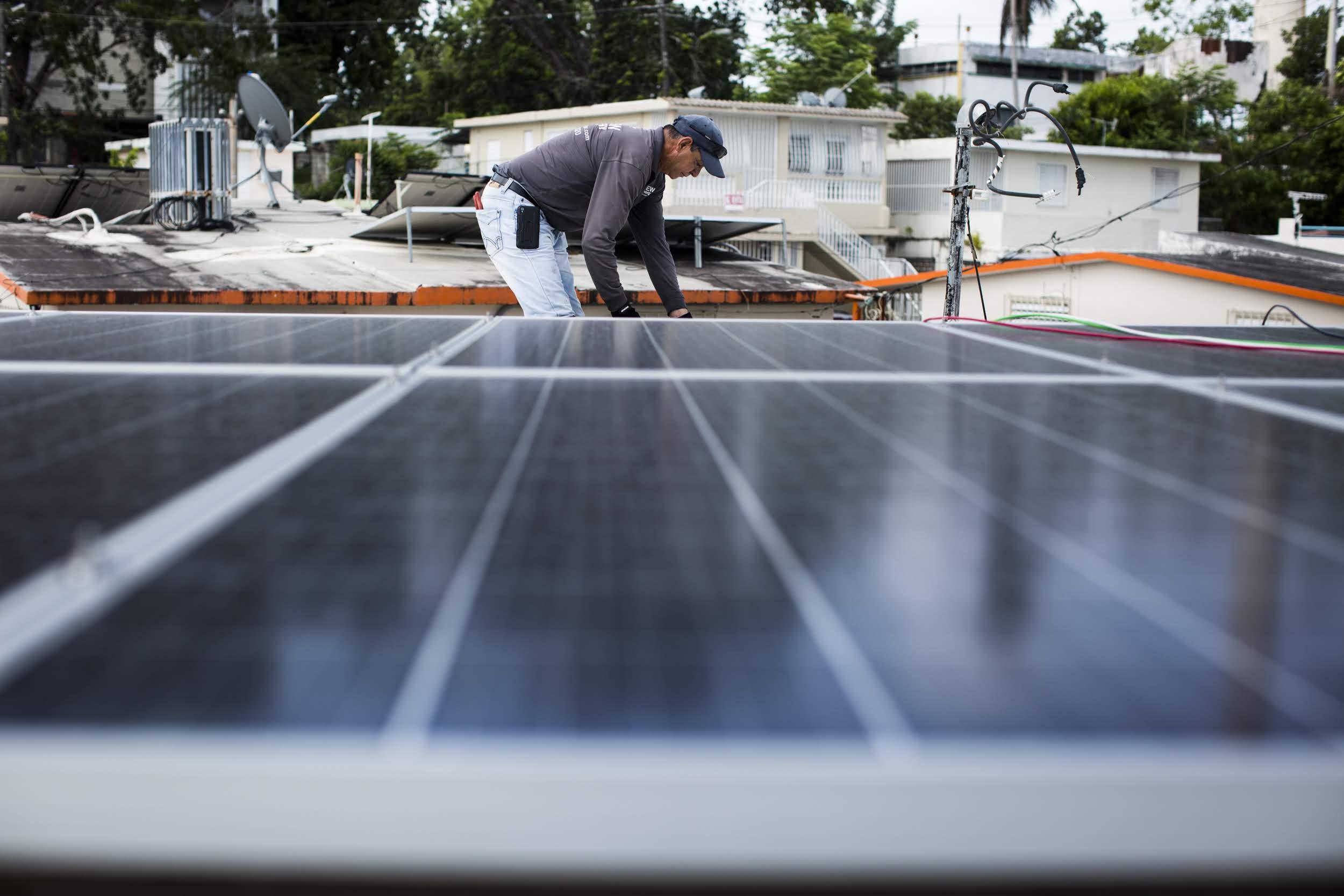 Paneles de electricidad son instalados el 5 de julio de 2018 en Clínica Iella, en San Juan, Puerto Rico. El sistema, financiado por Direct Relief, ayudará a la clínica a mantenerse operando en caso de una interrupción de electricidad. (Foto de Erika P. Rodríguez para Direct Relief).