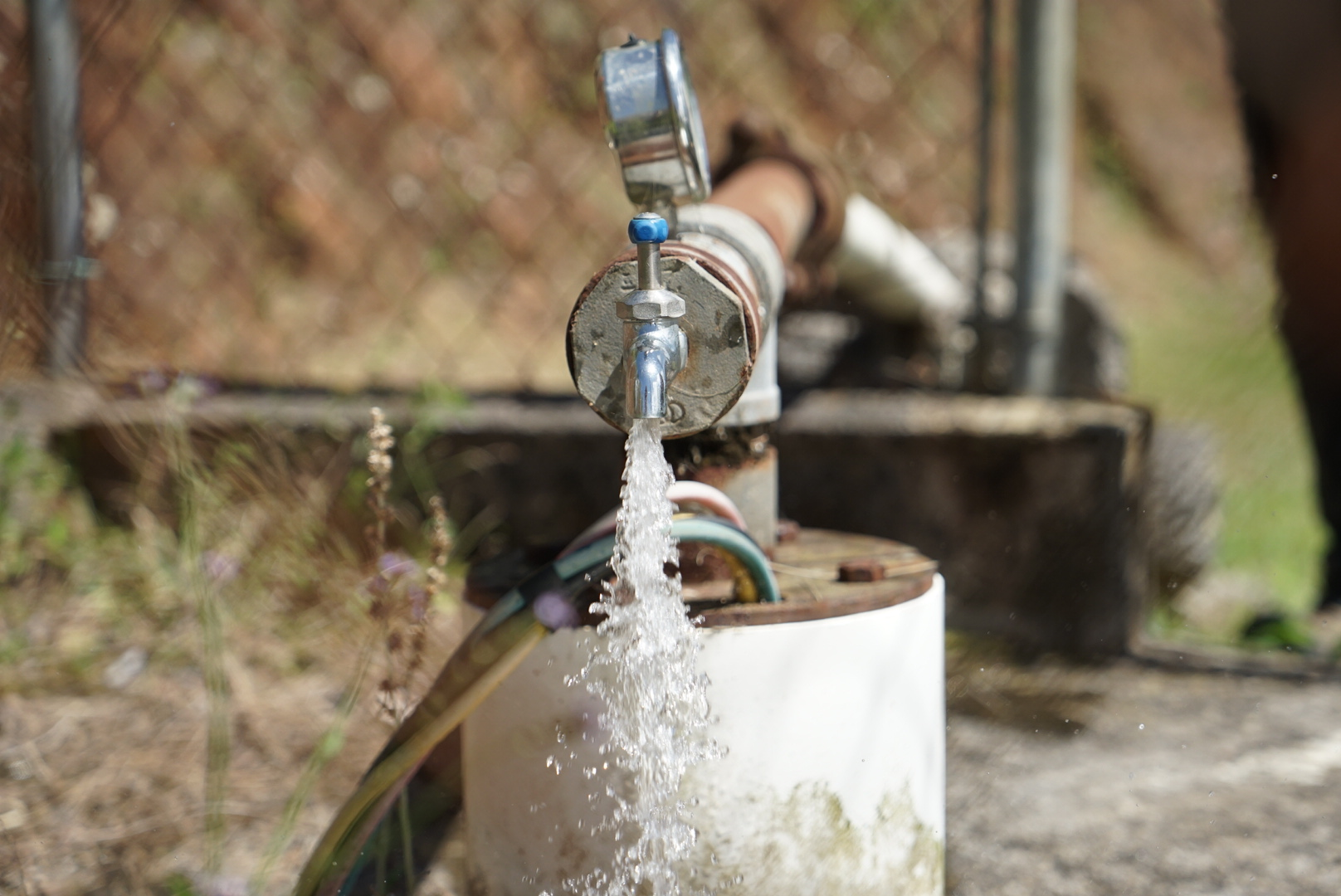 Una bomba de agua fluye libremente al ser alimentada por un conjunto de paneles solares y baterías en Bauta Abajo. La red eléctrica es una de las dos que hay en la comunidad. (Tony Morain/Direct Relief)