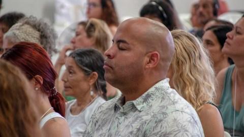 Una sesioon de meditación concentrativa en un entorno de un grupo grande. La foto fue tomada antes de lapandemia. (Foto cortesía del Centro de Medicina de la Mente y el Cuerpo)