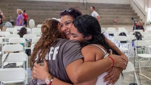 Los participantes se abrazan después de una sesión grupal. El Centro dijo que las personas estrechan vinculosduraderos al compartir sus historias y experiencias personales. La foto fue tomada antes de la pandemia. (Foto cortesia del Centro de Medicina de la Mente y el Cuerpo