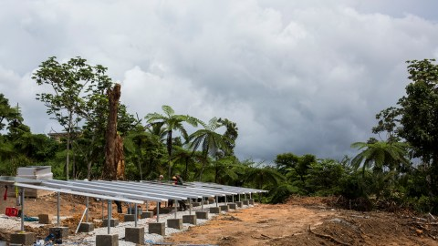 Recientemente, se instalaron paneles solares en la comunidad de Tejas en Yabucoa, Puerto Rico. Los paneles están suministrando energía al sistema de bomba de agua de la comunidad. (Foto de Dennis M. Rivera Pichardo para Direct Relief)
