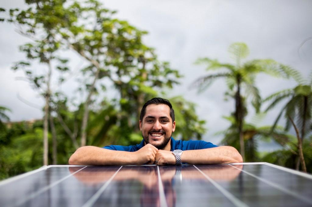 Alex Rodríguez, un joven candidato a doctorado de Canovanas, Puerto Rico, trabaja en la comunidad de Tejas en Yabucoa, instalando paneles solares para suministrar energía al sistema de bombeo de agua de la comunidad. Direct Relief se compromete a proporcionar agua limpia a las comunidades que no pertenecen a PRASA en la isla. (Foto de Dennis M. Rivera Pichardo para Direct Relief)