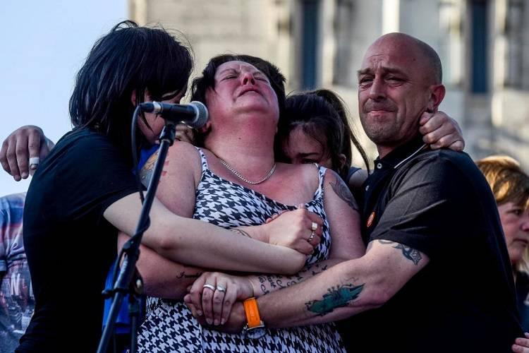 Manchester: la disperazione della madre di Olivia - FOTO/VIDEO