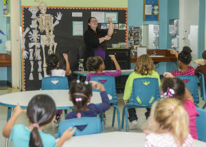 teacher in classroom teaching kids sign language