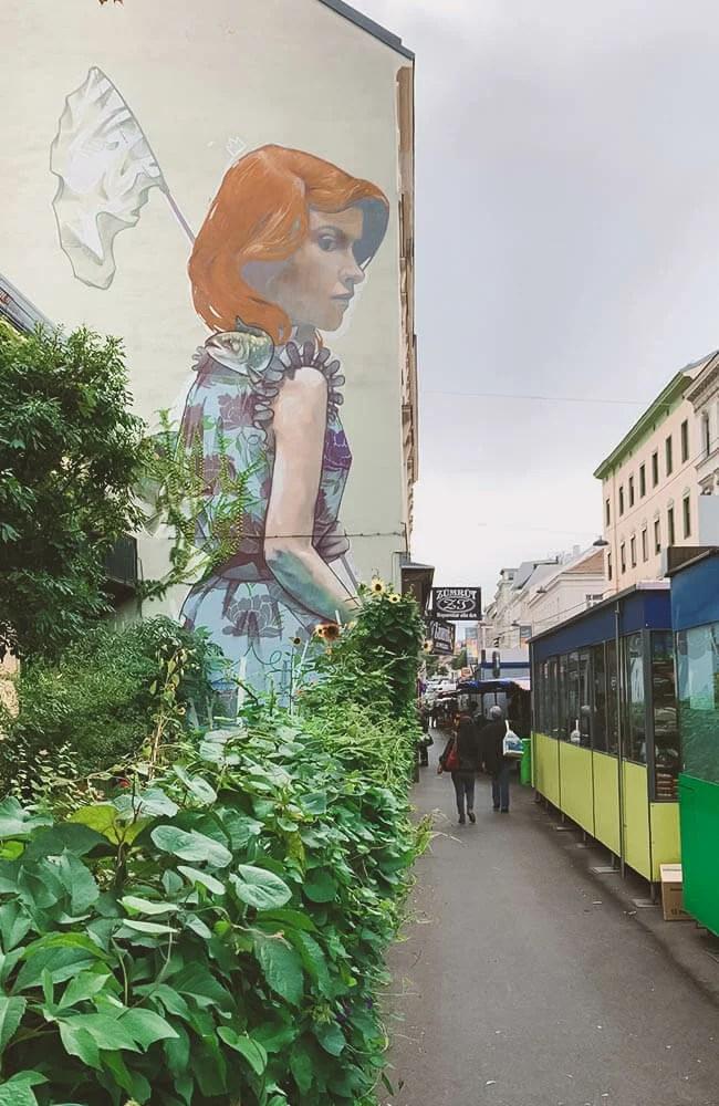 Un muro nascosto dal mercato rionale nel quartiere Josefstadd
