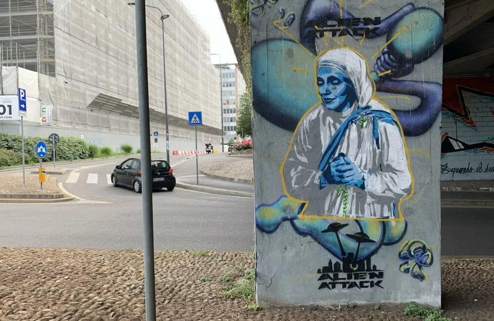 Milano-Alien-Attack-Ferragni