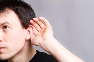 persona haciendo gesto de escuchar