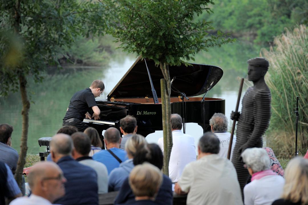 """Il pianista Paolo Zentilin mercoledì 2 giugno 2021 alle ore 17 dal vivo a """"Plays Selvote"""" un'occasione unica per ritornare all'aria aperta in un luogo di grande valore ambientale."""
