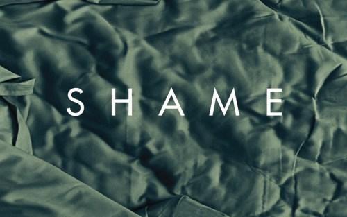 Locandina del film Shame rappresentante un lenzuolo stropicciato