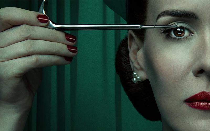 L'infermiera Mildred Ratched in uno dei poster della serie Netflix