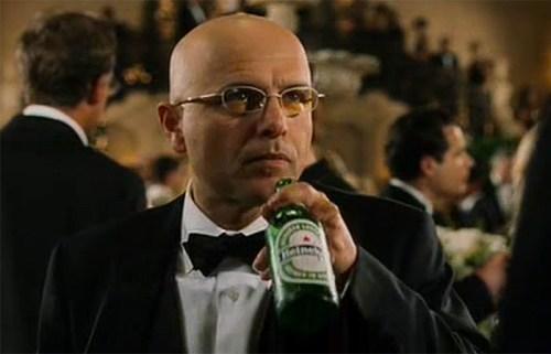Joe Pantoliano (Ben Urich) beve una Heineken. Ottimo product placement,se non fosse che a una festa dell'alta società sembra difficile poterne trovare una