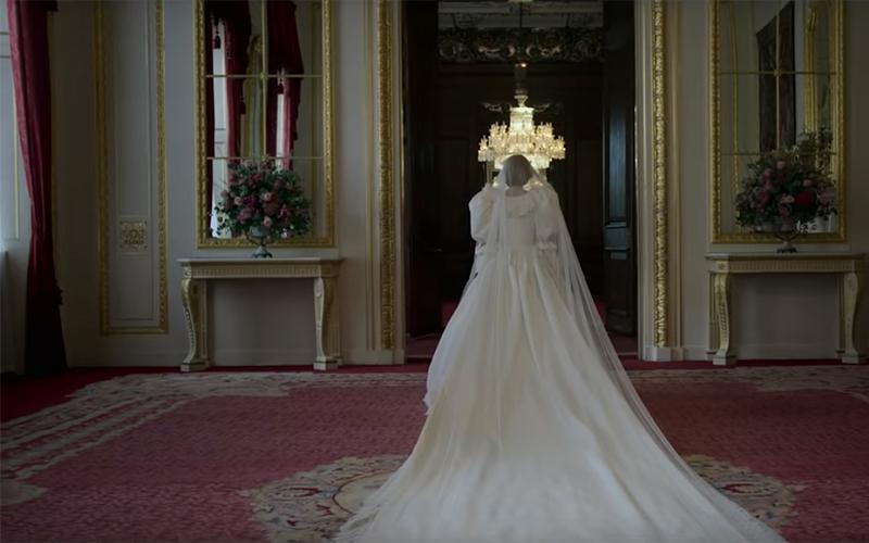 The Crown 4 - Lady Diana di spalle in abito sposa
