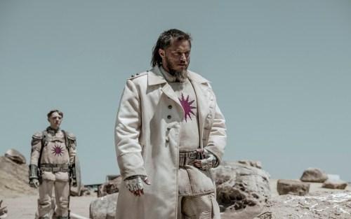 Il personaggio interpretato da Travis Fimmel in una scena di Raised by wolves