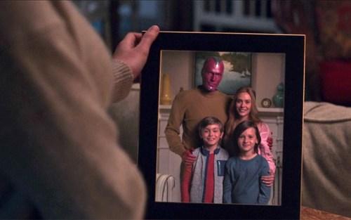 La serie ci regala questa splendida foto di famiglia con Wanda, Visione e i figli della coppia