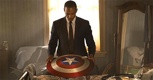 Sam Wilson osserva lo scudo di Capitan America nel primo episodio di The Falcon and the Winter soldier
