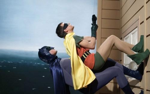 Adam West e Burt Ward nella celebre scena ricorrente della scalata nel Batman serie tv degli anni 60