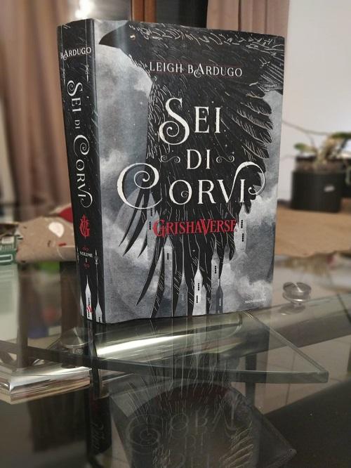 Copertina el libro Sei di corvi, crossover di Tenebre e ossa