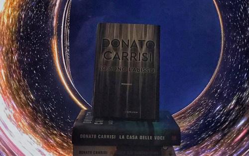 Una composizone con i libri di Donato Carrisi, tra cui Io sono l'abisso