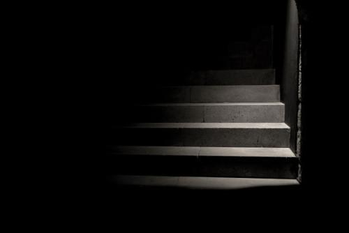 Scalini in penombra nella foto di Carolina Pimenta