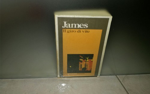 Henry James, Il giro di vite - Il libro è il protagonista di questa composizione di Eleonora Cecchini