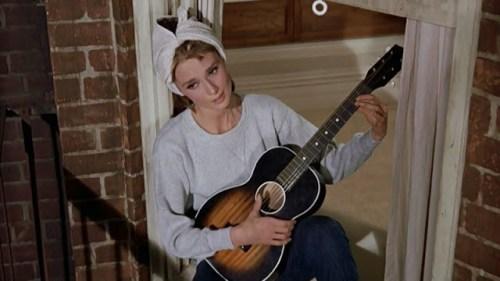 Audrey Hepburn alias Holly Goolightly in Colazione da TIffany, canta alla finestra nel famoso film diretto da Blake Edwards nel 1961.