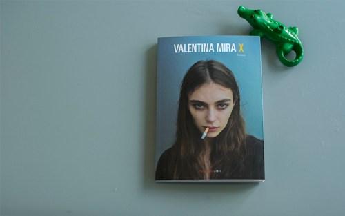 Una composizione con il romanzo di Valentina Mira e un coccodrillo giocattolo