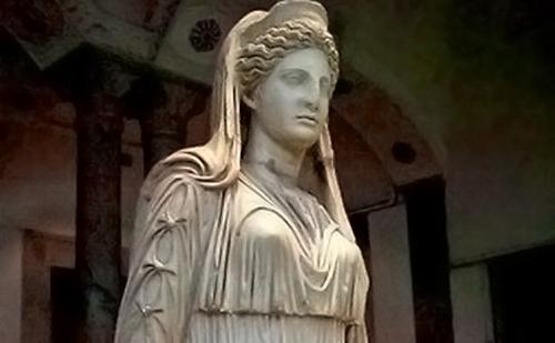 La dea Maia, protagonista del culto della Bona dea e punto di partenza del viaggio che ci porta appunto dalla festa di Maia alla festa della mamma