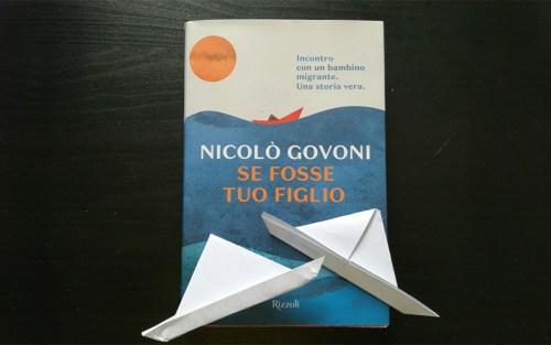 Una composizione con una copia di Se fosse tuo figlio, di Nicolò Govoni