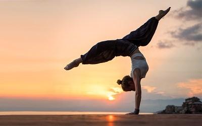 Pratica di Yoga vs Pratica di Vita – Emmanuel Carrère svela i segreti dello yoga e della meditazione