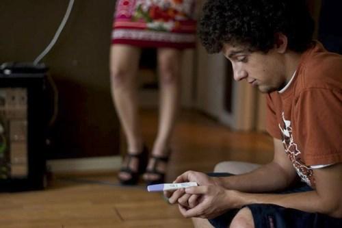 Una coppia ricontrolla il risultato di un test di gravidanza