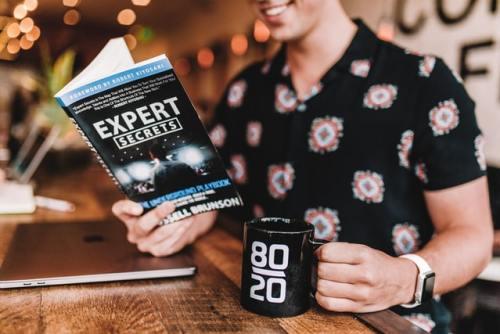 Un uomo che legge un libro sui segreti del diventare esperti