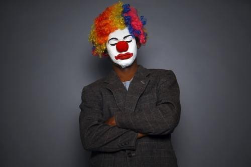 Un clown in giacca. Forse è così che si sente chi soffre della sindrome dell'impostore