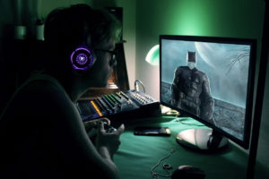 Come passare il tempo se non dedicandosi ai videogiochi? Anche se persino il Batman di Arkham Knight ha dovuto indossare la mascherina