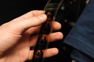 La pellicola è un nastro di triacetato di cellulosa, un materiale sensibile alla luce