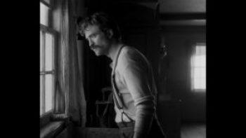 Robert Pattinson in una scena nel formato Movietone 1.19:1