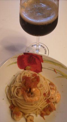 nell'immagine troviamo un bellissimo piatto di pasta con i frutti di mare abbinato alla birra stout