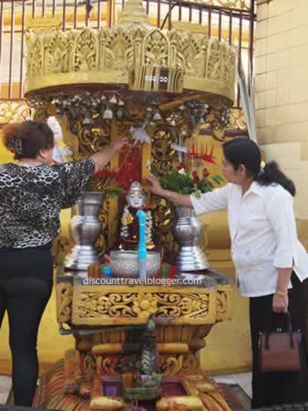 yangon_pouring_water_on_buddha