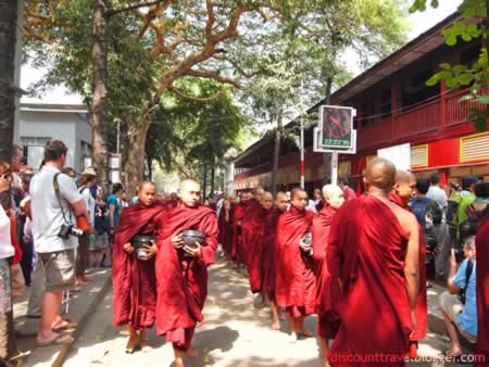 mandalay_monks1