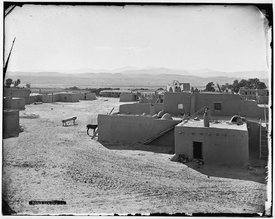 965px-Pueblo_in_San_Juan,_New_Mexico