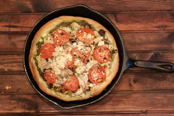 Iron_skillet_pesto_chicken_pizza.JPG